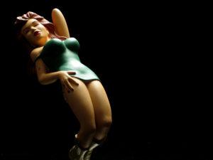 人形の癖にセクシーポーズをとる女性