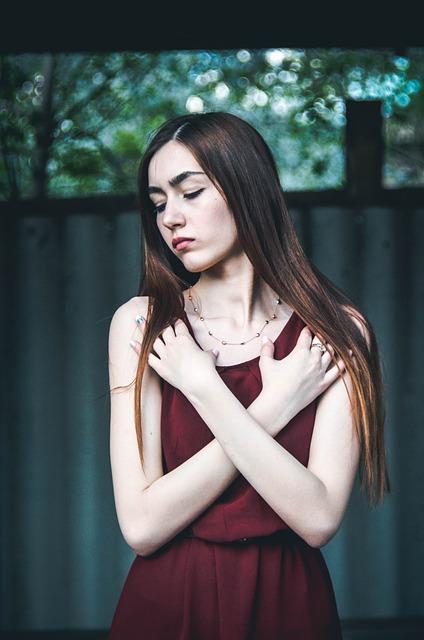 胸をガードする女性