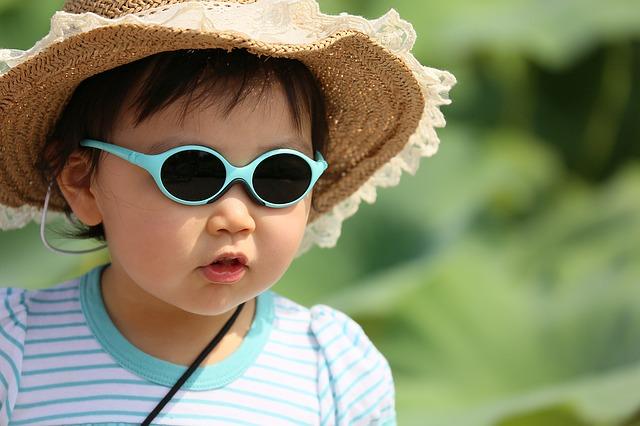 お母さんのおっぱいを触るのが好きなサングラスの似合う男の子