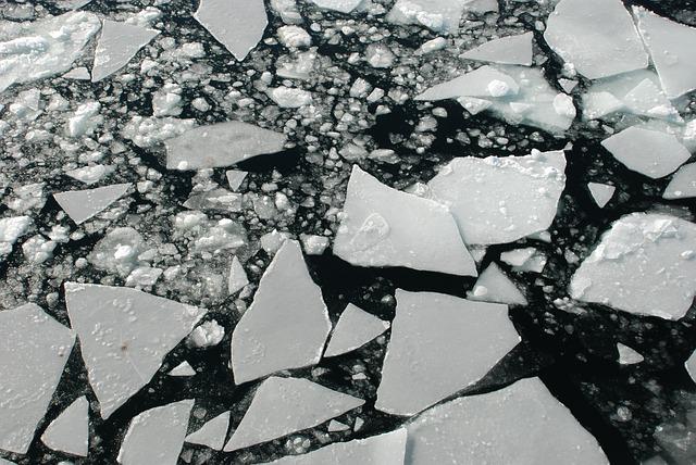 三角錐型で形が不揃いな氷たち(コンビニには売ってません)